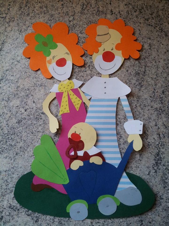 Une famille pas comme les autres for Decoration fenetre clown